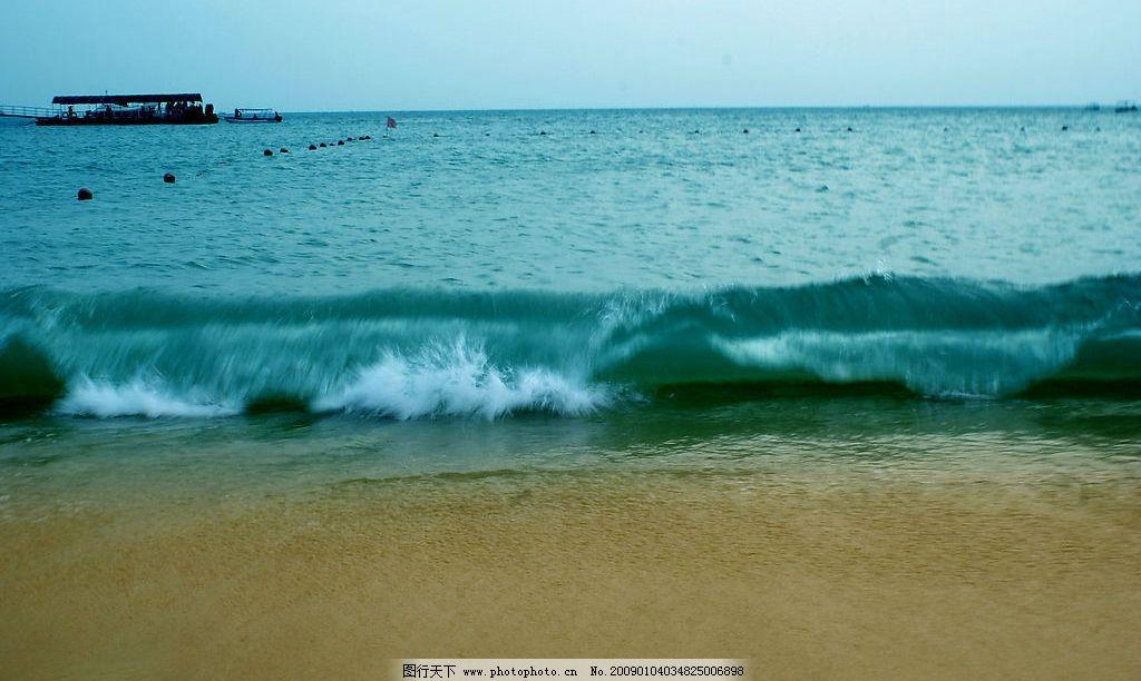海浪 沙滩 鱼船 大海 亚龙湾 自然景观 自然风景 摄影图库 72dpi jpg