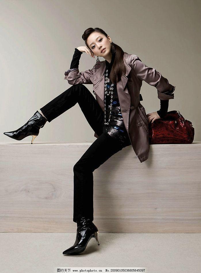服装模特 美女 韩国美女 东方美女 皮鞋 皮包 木头 女性女人