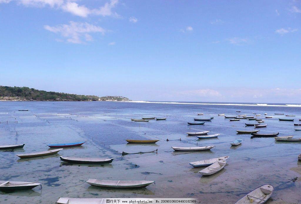 美丽的海岸线 海边 大海 船只 树木 天空 白云 自然风光 山水剪影