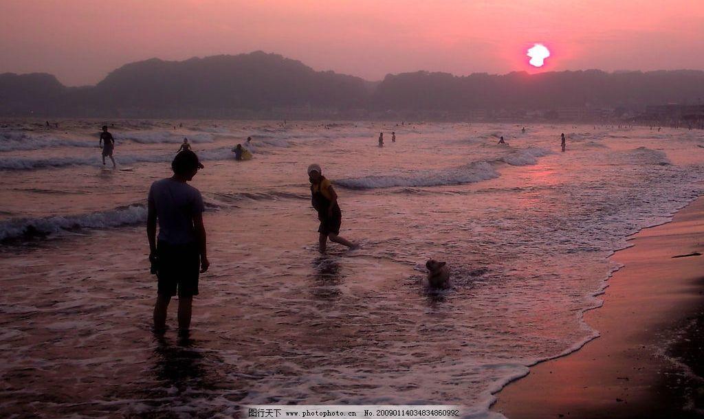 大海 海浪 海滩 日落 太阳 夕阳 阳光 云彩 人物 自然景观 自然风景