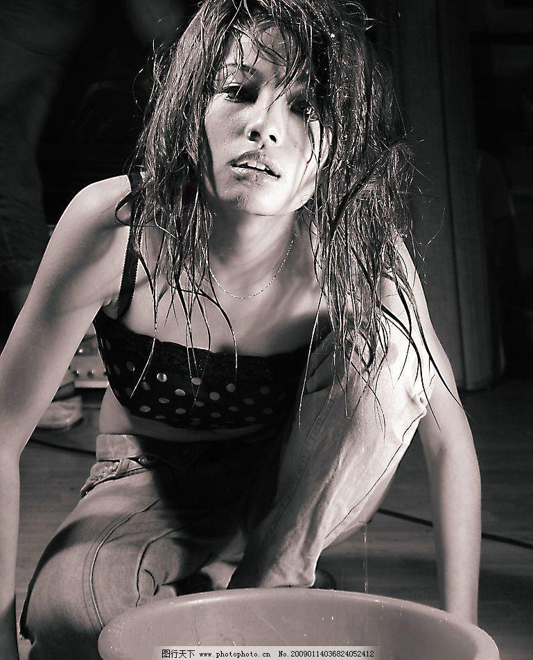 时尚美女黑白个性写真图片