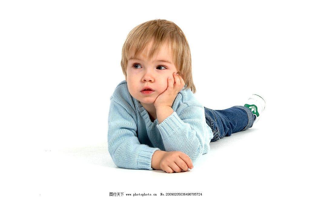 思考的小男孩图片