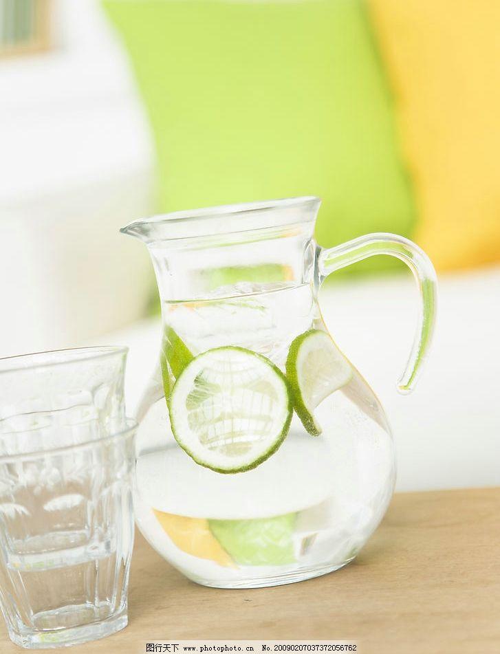 玻璃杯 器皿 富尔特素材辞典 沙发 柠檬水 靠垫 茶几 生活百科 家居