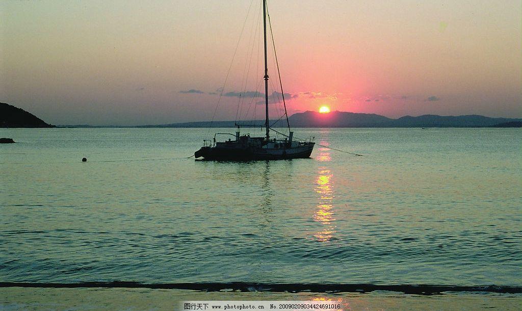 出海的船 海 船 太阳 青山 自然景观 山水风景 摄影图库 72dpi jpg