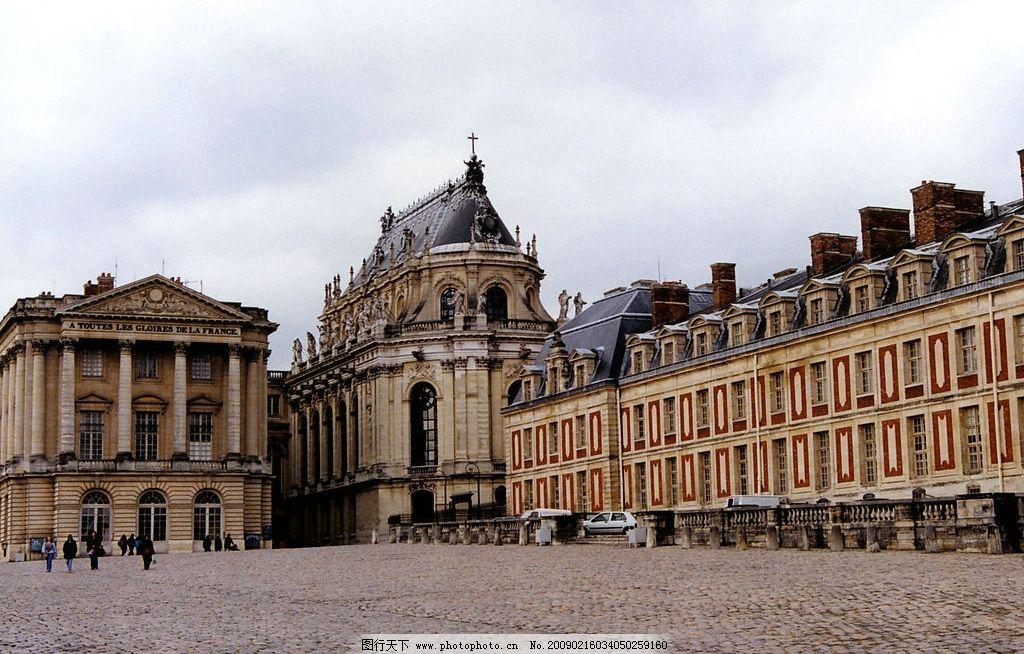 欧式风情 欧式建筑 房子 车子 天空 白云 人 广场 十字架 旅游摄影图片
