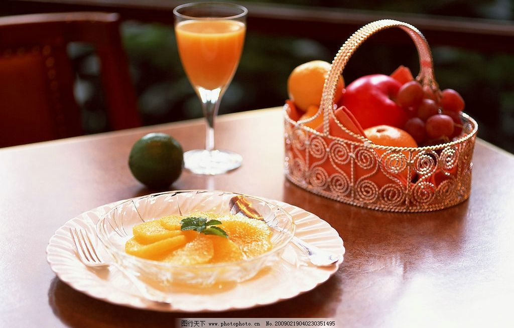 芒果拼盘 葡萄 苹果 橙子 橙汁 杯子 盘子 竹篮 釉子 布 餐饮美食