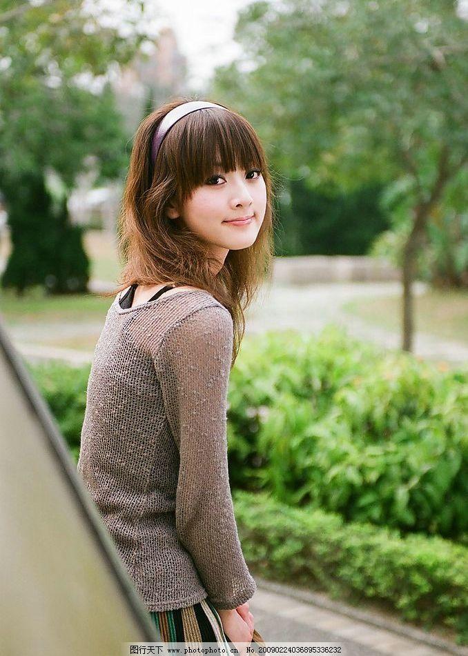 台湾网络人气美女果子mm褐线衫彩短裙图片