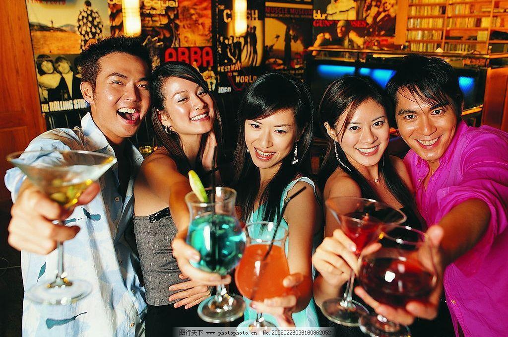酒吧喝酒的人图片