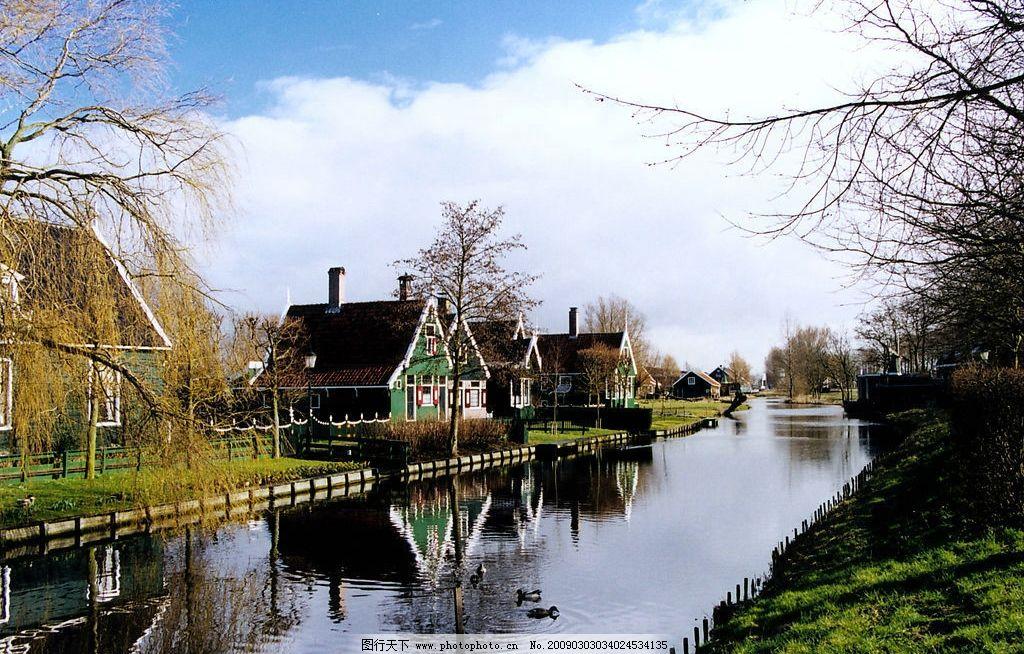 欧式风情 欧洲 郊区 房子 建筑 河道 蓝天 白云 树 绿地 鸭子 旅游