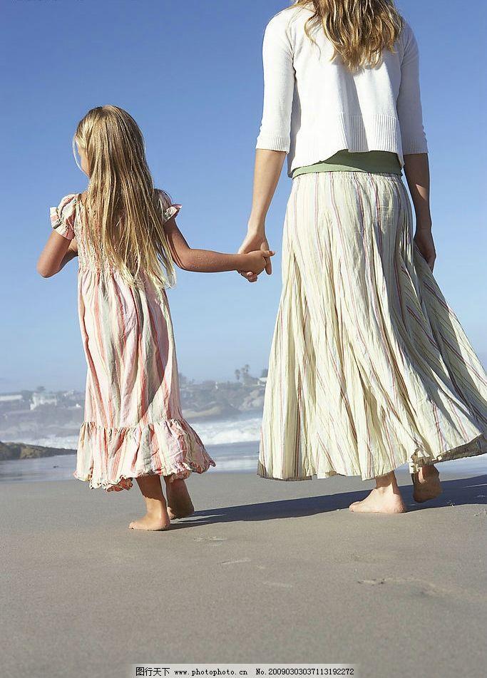 母女沙滩散步 母女 沙滩 散步 手牵手 小孩 生活百科 娱乐休闲 摄影图