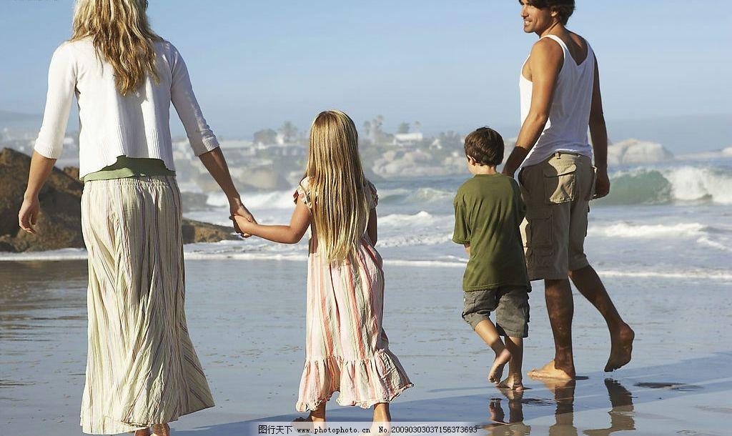 一家人海边散步图片