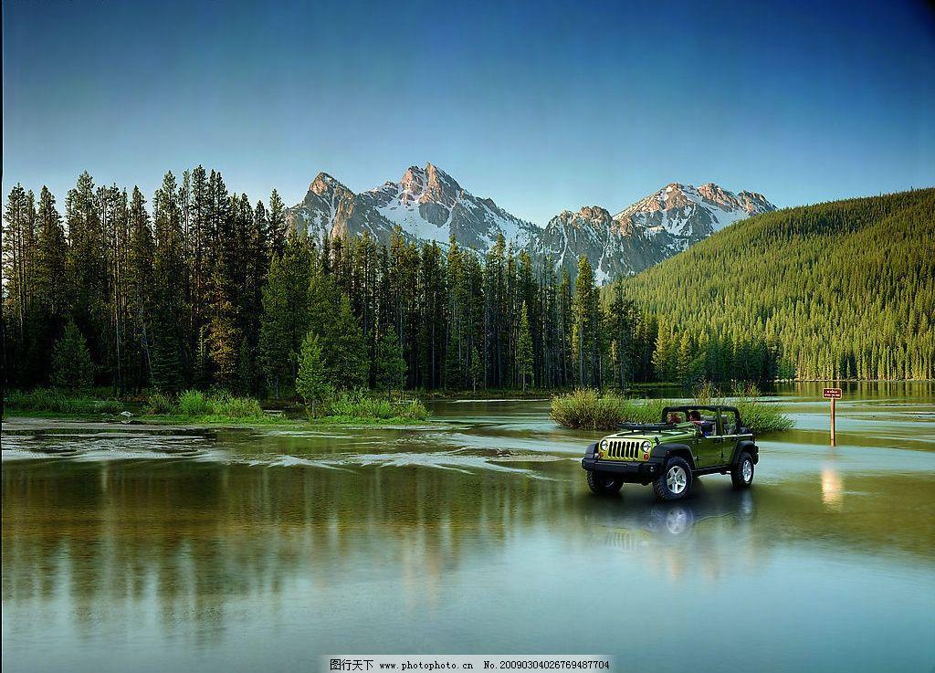 牧马人 吉普 山脉 河流 路牌 大树 森林 人物 情侣 天空 阳光 汽车