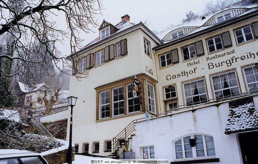 欧式风情 欧洲 建筑 房子 树 旅店 雪地 下雪 白雪 路灯 车子 旅游