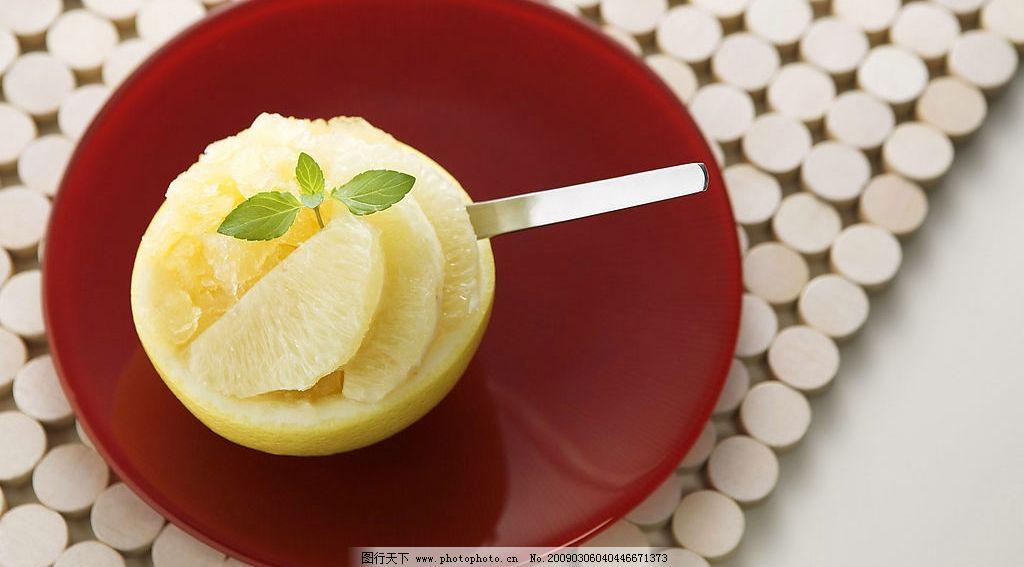 水果甜点 水果 甜点 橙子 盘子 勺子 木垫 餐饮美食 食物原料 摄影