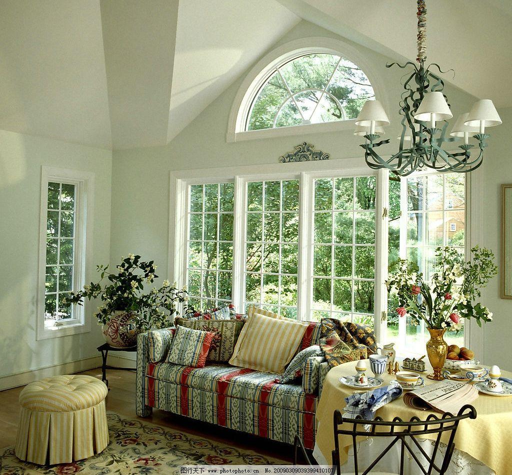 客厅 客厅装饰 窗户 桌子 凳子 椅子 地毯 沙发 吊灯 花瓶