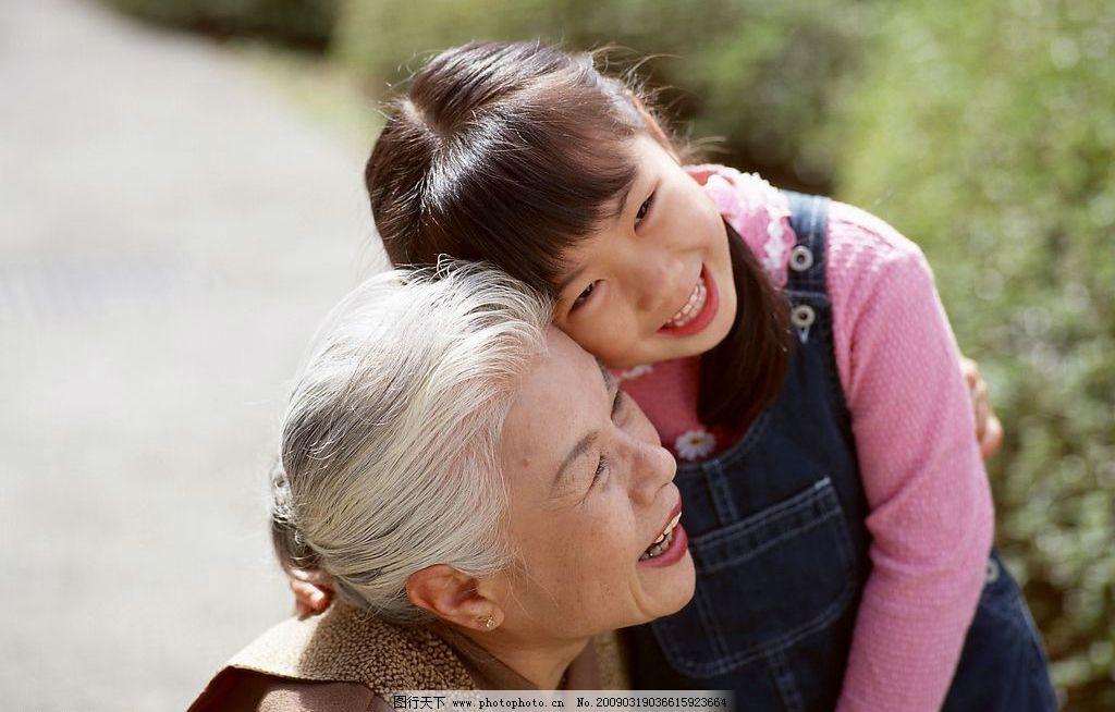 人,搂抱 描述小伙娶老年妇女图,27岁小伙娶57岁老妇,小伙玩中老图片