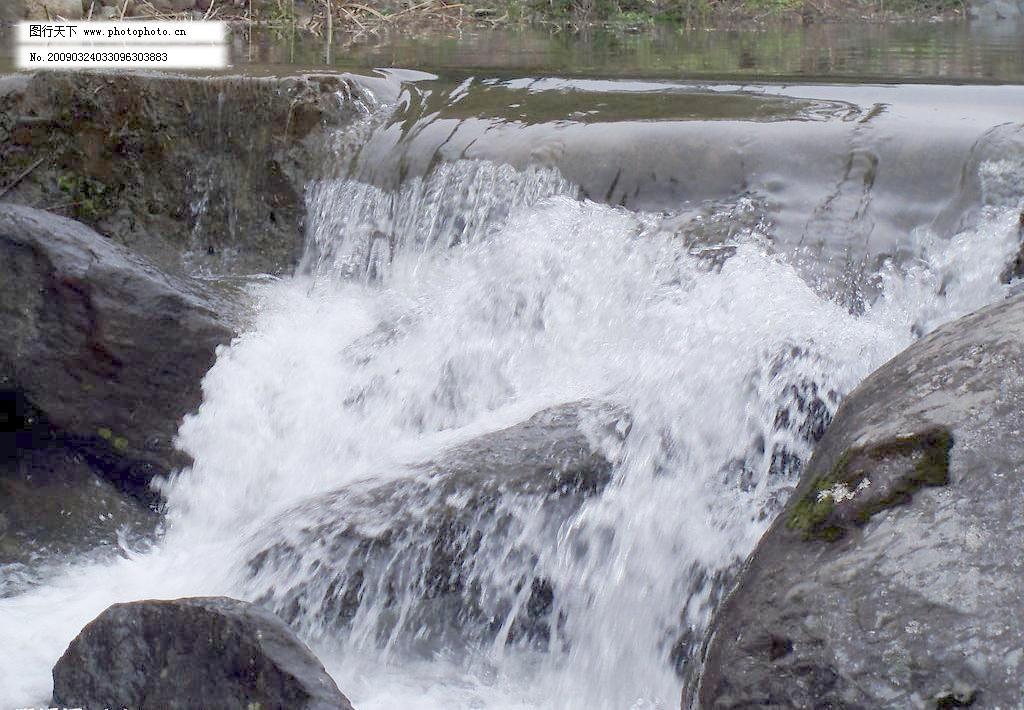 jpg 国内旅游 旅游摄影 瀑布 山 摄影图库 石头 近景中的水滴图片素材