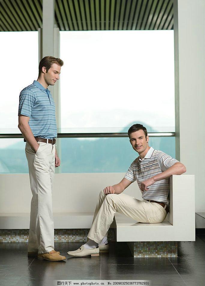 男性 外国模特 休闲t恤 休闲裤 室内拍摄 沙发 站姿 坐姿 人物摄影