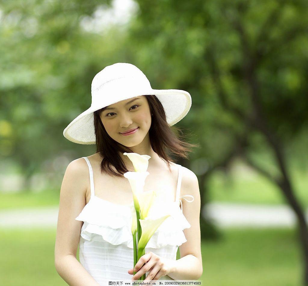 美女 春意 春天的气息 清新空气 树木 树林 草地 帽子 花 女性女人