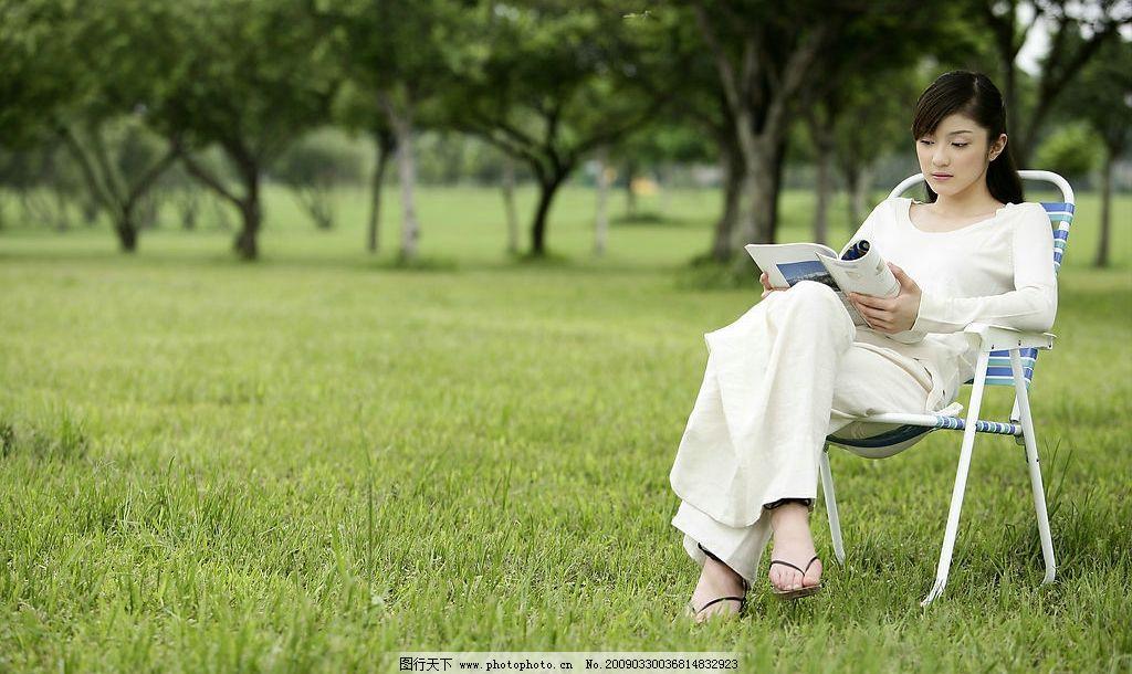 美女 春意 春天的气息 清新空气 树木 树林 草地 椅子 书本