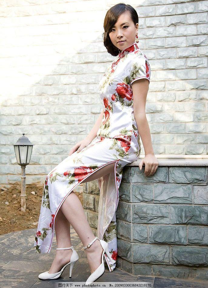 旗袍 美女 白色 真丝 短袖 红花 绿叶 围墙 木 栅栏 井 高跟鞋 人物