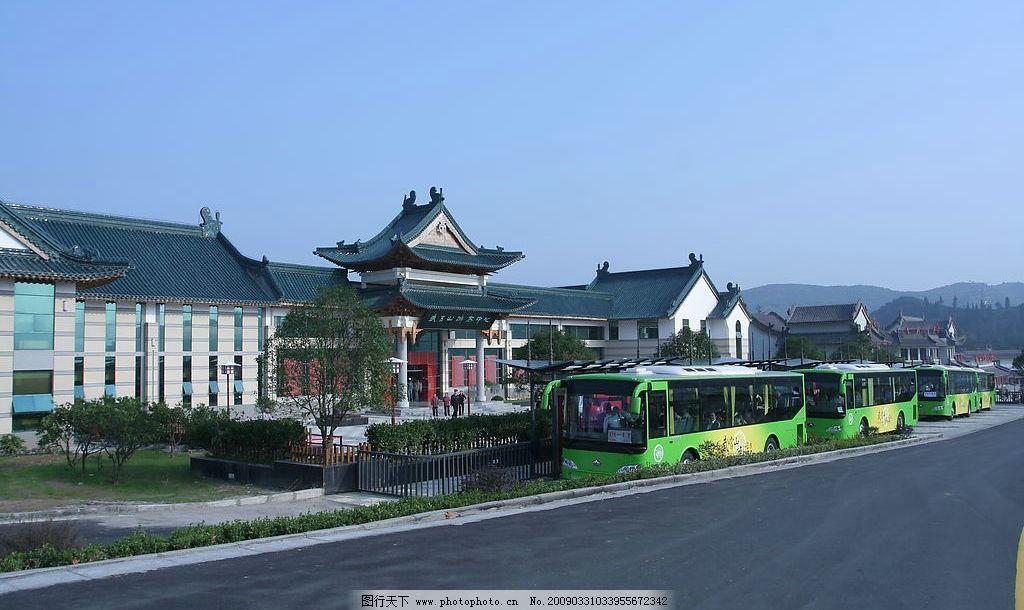游客中心全景 武当山 游客中心 大巴车 游客 蓝天 仿古建筑 树木 旅游