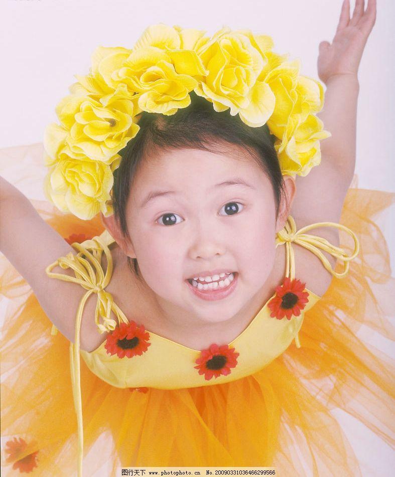 可爱幼童 女孩 眼神 活泼 笑容 手势 花饰 人物图库 儿童幼儿 摄影