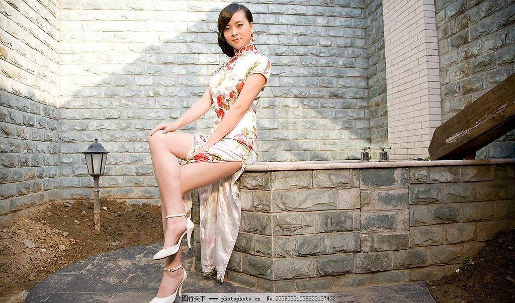 旗袍 美女 白色 真丝 短袖 红花 绿叶 围墙 木 栅栏 井 高跟鞋
